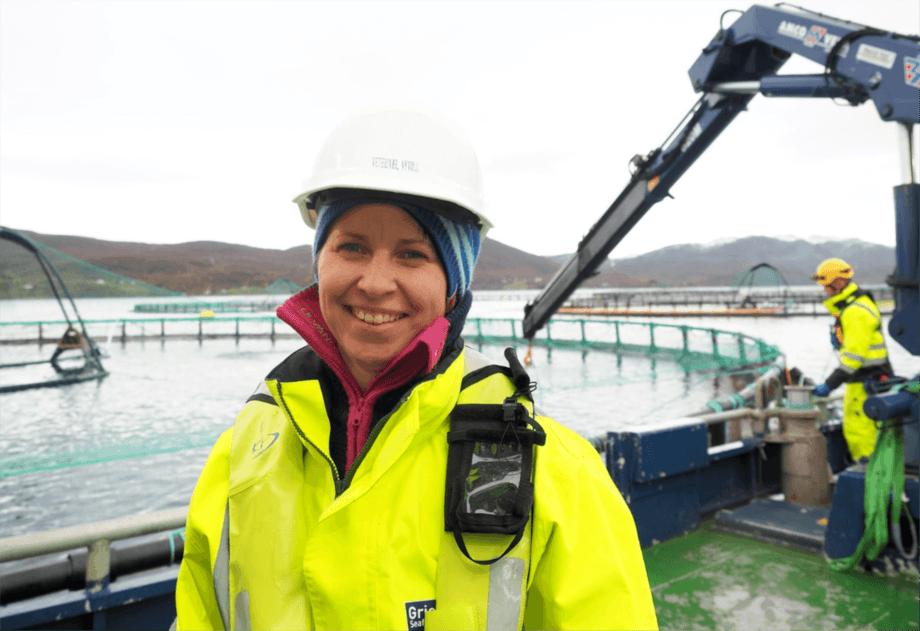 De ansatte i Grieg Seafood Finnmark produserer, slakter og eksporterer laks som normalt, på tross av logistikkutfordringer. Bildet er av fiskehelsesjef Berit Seljestokken. Foto: Grieg Seafood Finnmark.