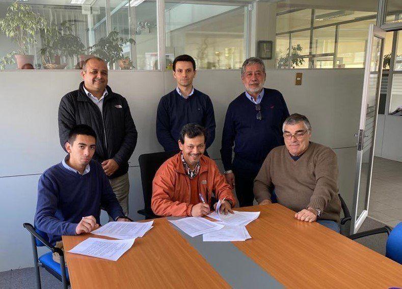 Momento de la firma del acuerdo colectivo entre Naviera Austral y su sindicato de trabajadores embarcados. Imagen: Naviera Austral.