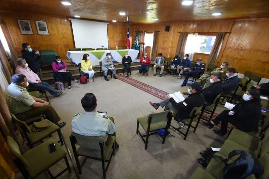 Reunión sostenida ayer entre autoridades y alcaldes de la provincia, en que se determinó el cordón sanitario. Foto: Intendencia Los Lagos.
