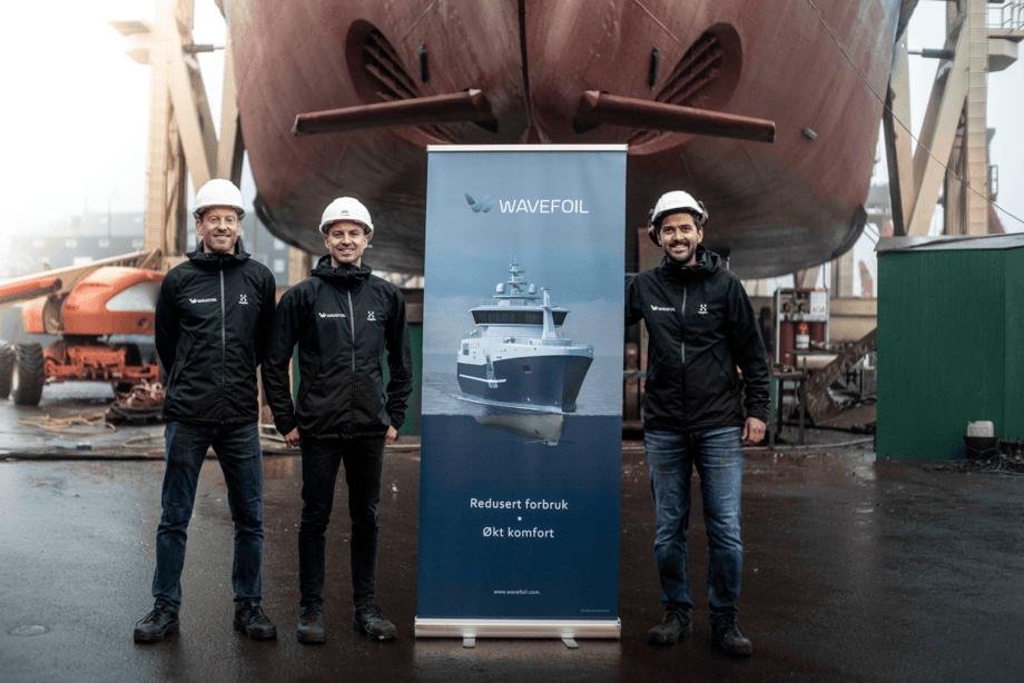 Daglig leder Eirik Bøckmann, produktutvikler Erlend Vastveit og teknisk sjef Audun Yrke foran MF «Teistin» på MEST Shipyard i Tórshavn på Færøyene. Foto: Polar Films