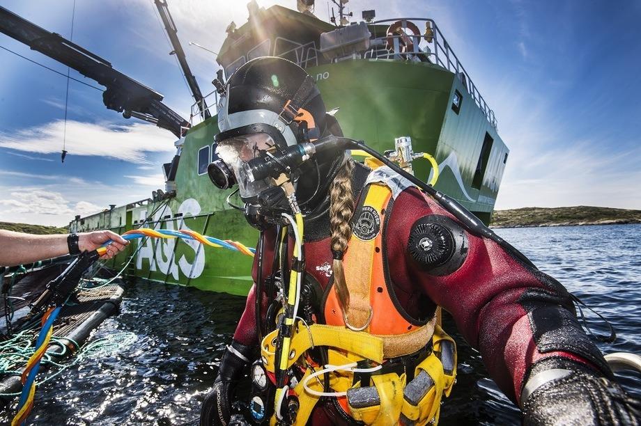 Alle AQS sine fartøy er nå utstyrt med hjertestarter. Foto: AQS