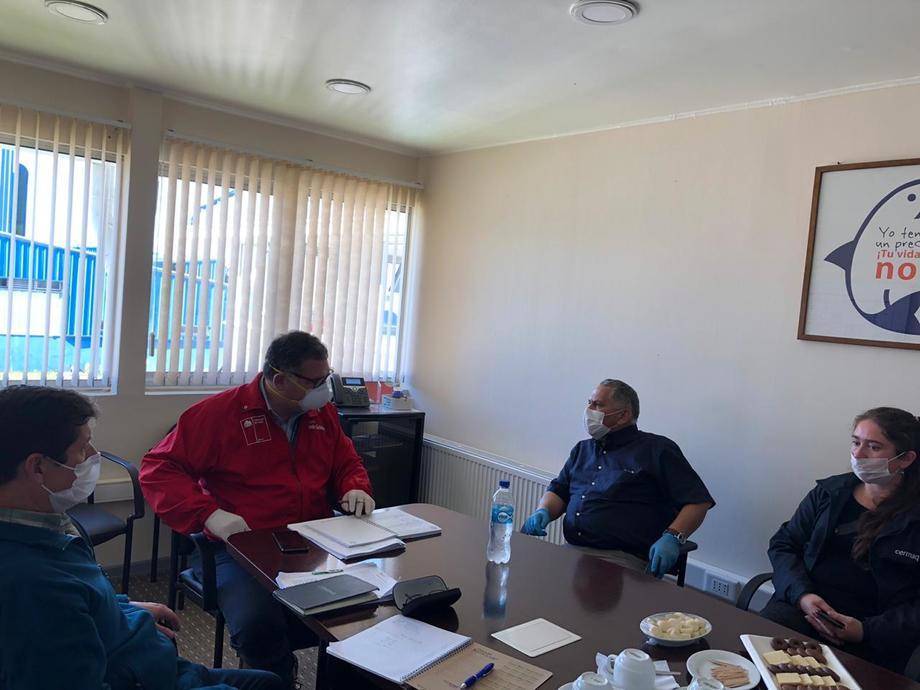 Reunión sostenida la semana pasada por seremi del Trabajo y sindicato de trabajadores Cermaq Ancud. Foto: Seremi del Trabajo.