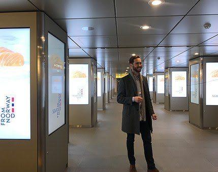 Under laksekampanjen fikk 18 millioner japanere se reklamefilm for norsk laks på metro- og togstasjoner - hver dag. Her sjekker Sjømatrådets fiskeriutsending, Gunvar L. Wie, at filmene ruller og går som de skal. Foto: Norges sjømatråd.