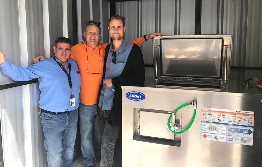 Gerente general y gerente Comercial de Biofeed, haciendo entrega de máquina que transforma residuos orgánicos a compost. Foto: Biofeed.