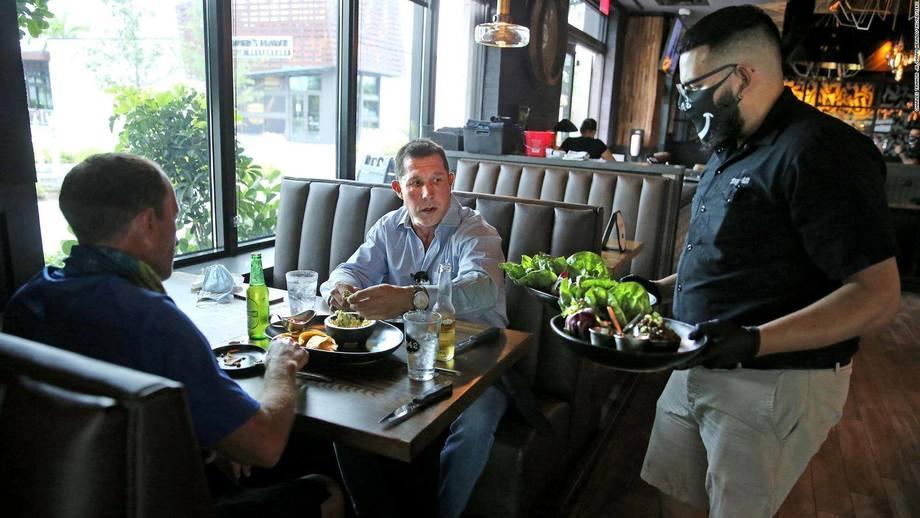 Restoranes están comenzando a abrir parcialmente en Estados Unidos. Foto: CNN en Español.