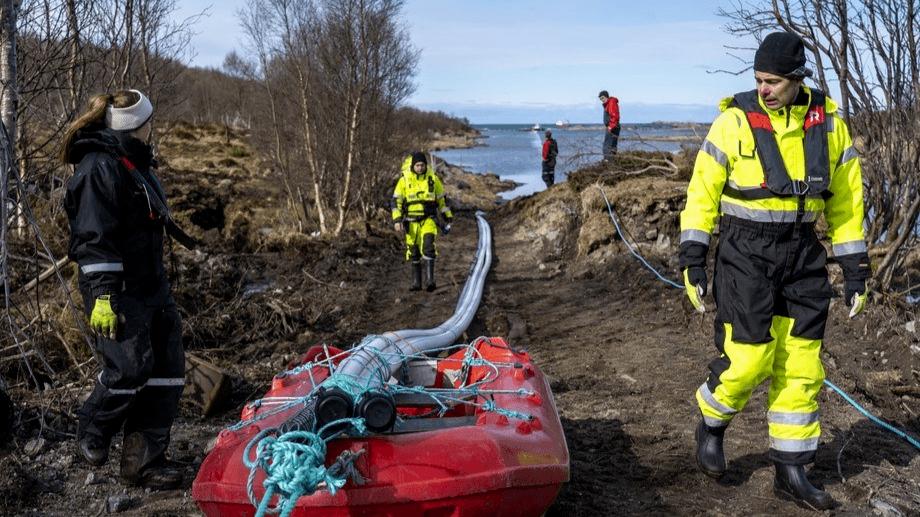 Nordlaks electrical engineer Jørn Abrahamsen guides the cable up to the transformer station on land. Photo: Kolbjørn Hoseth Larssen.