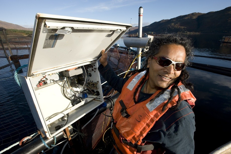 Dr. Sunil Kadri på merdkanten. Foto: CageEye