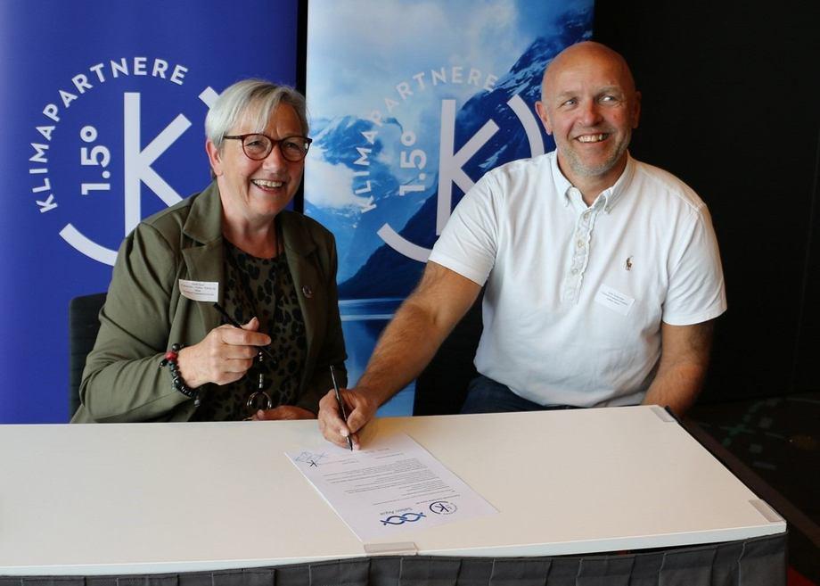 Signering klimapartner Nordland»: Fylkesråd for kultur og miljø Kirsti Saxi og fungerende adm. dir. i Salten Aqua Jarle Solemdal signerer avtalen. Foto: Karianne Olaisen