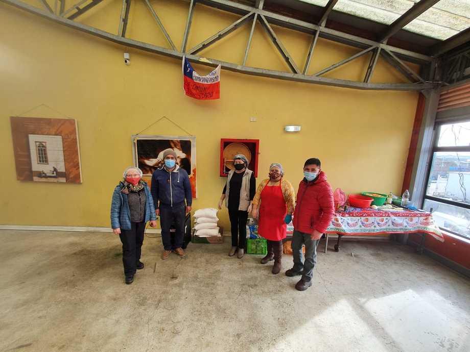 Entrega de sacos de harina a la comunidad. Foto: SalmonChile.