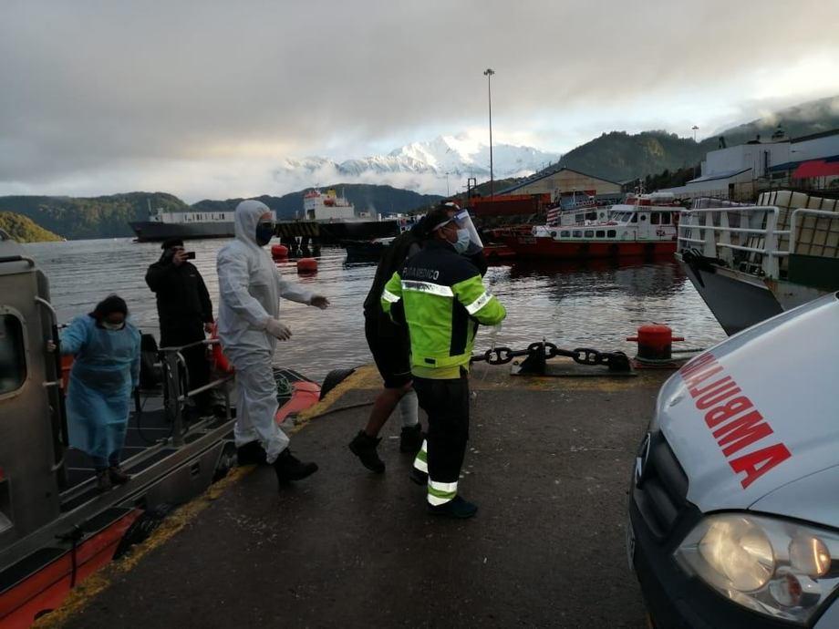 Evacuación de tripulante herido por parte de la Armada. Foto: Armada.
