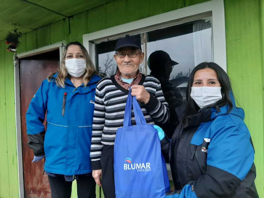La compañía entregó 40 kits a los vecinos de la comunidad. Imagen: Blumar.