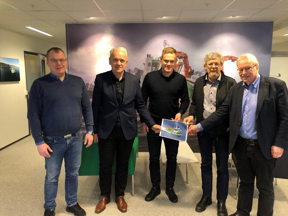 Kontraktsignering FSV Group og Sletta Verft. Fra venstre: Representanter fra FSV Group – Endre Brekstad (Teknisk sjef), Per Olav Myrstad (Styreleder) og Arild Aasmyr (Daglig leder). Fra høyre: Representanter fra Sletta Verft AS – Lars Liabø (Styreleder) og Kåre Egil Sletta (Daglig leder). Foto: FSV Group