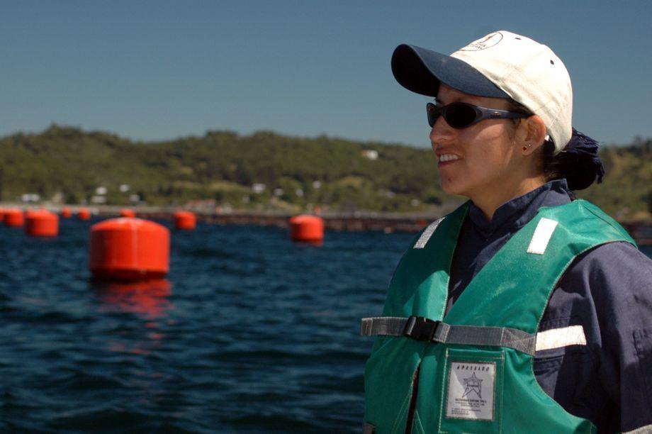 Trabajo pretende aumentar y promover el trabajo de las mujeres en la salmonicultura. Foto: Archivo Salmonexpert.