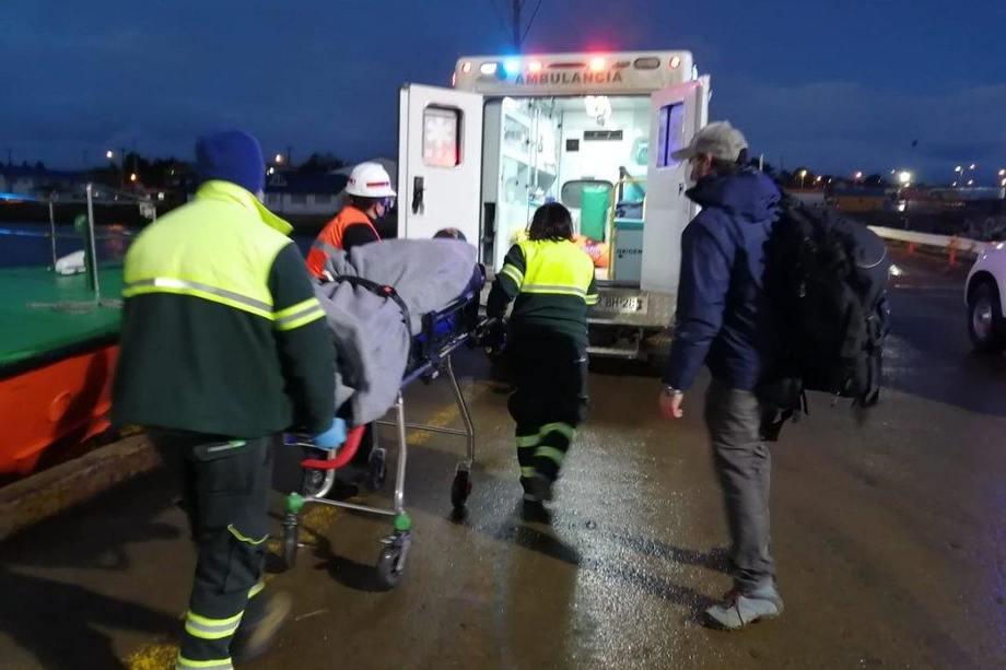 Evacuación desde centro de cultivo Johnson. Foto: Directemar.
