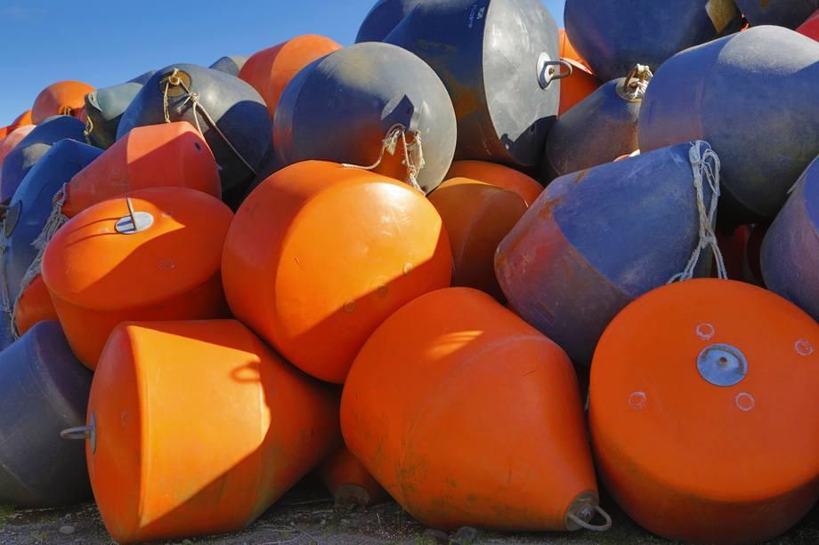 Artículos enviados por Mowi para ser revalorizados son principalmente boyas, flotadores y tuberías en desuso. Foto: Mowi Chile.