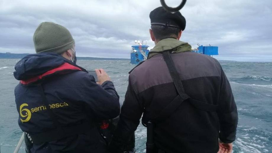Fiscalización a centro Caicura de Salmones Blumar. Foto: Armada de Chile.