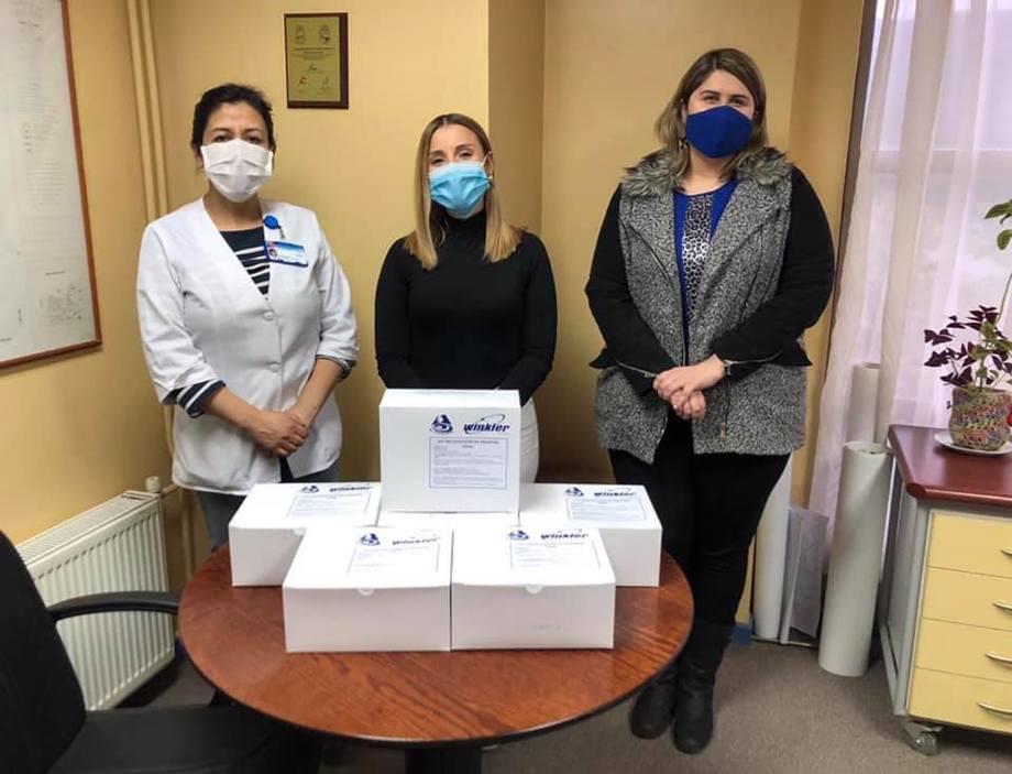 Donación de tórulas a Municipalidad de Cisnes para practicar exámenes PCR Foto: AquaChile.