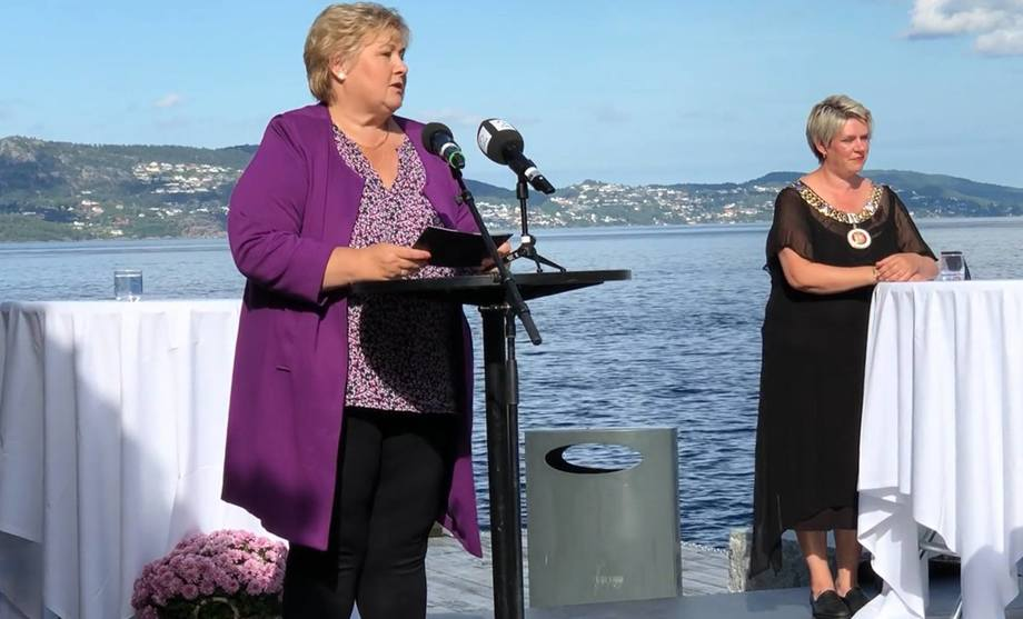 Norwegian PM Erna Solberg and Bergen mayor Marte Mjoes Persen at the visitor centre opening. Photo:  Ole Andreas Drønen/Kyst.no.