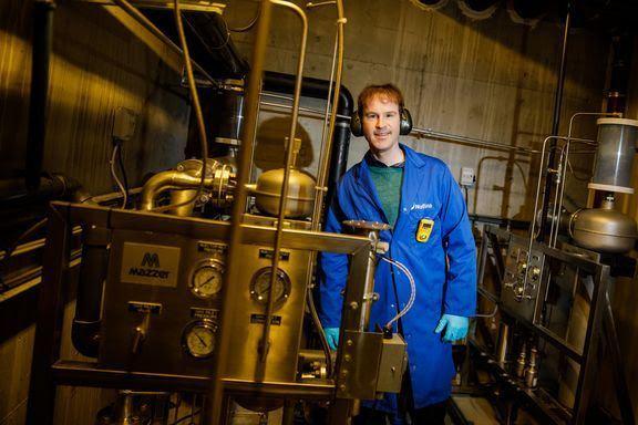 Kevin Stiller er førsteforfatter på en publikasjon der grenseverdien til ozon i brakkvann defineres. Her er han i kontrollrommet til Nofima sitt RAS-senter på Sunndalsøra. Foto: Terje Aamodt/Nofima.