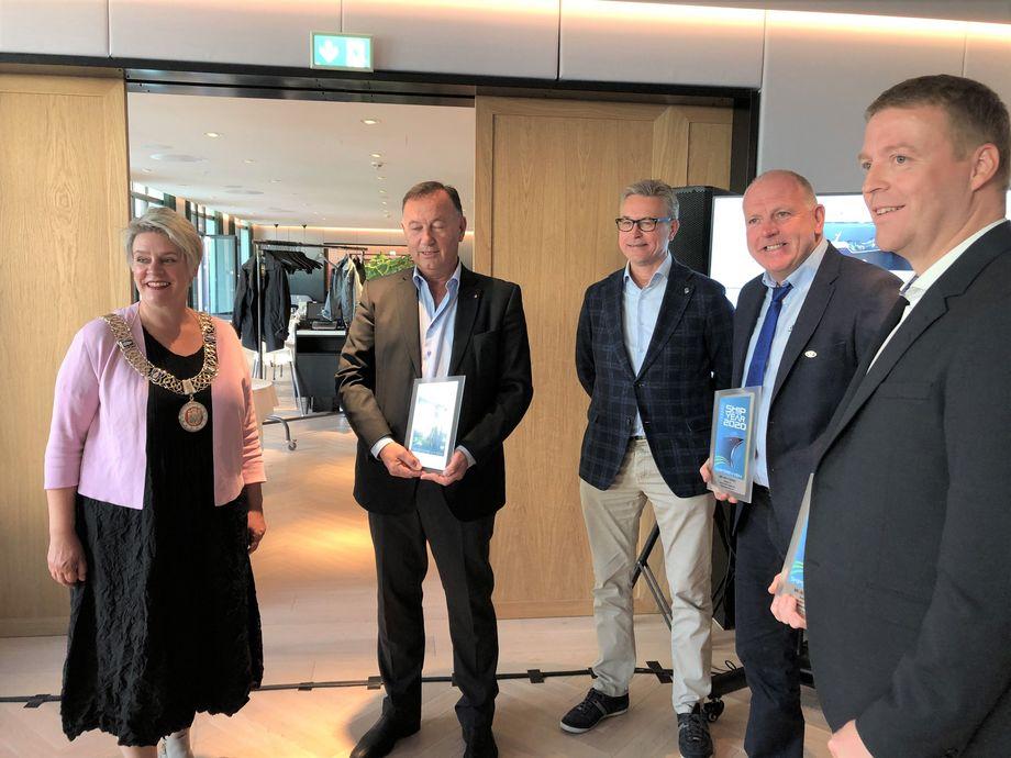Fra venstre: Ordfører Marte Mjøs Persen, Jarle Gunnarstein, Odd Emil Ingebrigtsen, Odd Einar Sandøy og Per Jørgen Silden.Foto: Pål Mugaas Jensen