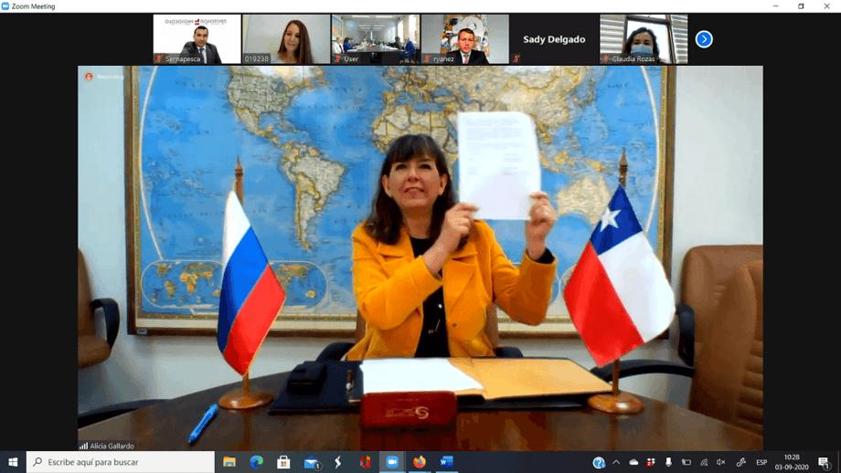 Directora nacional de Sernapesca, Alicia Gallardo, firmando el documento oficial con la autoridad rusa. Foto: Sernapesca.
