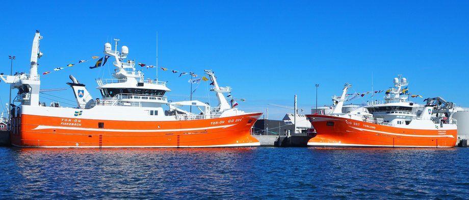 De to tvillingene «Torland» og «Tor-ön» kunne endelig døpes i slutten av juli. Foto: Karstensen Skibsværft