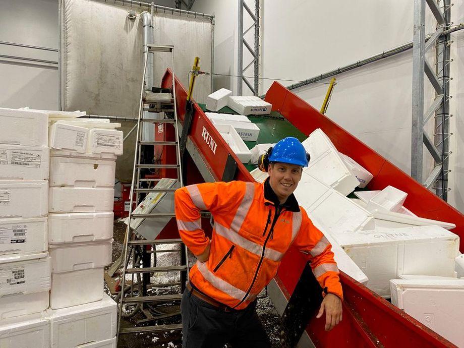 Driftsleder ved Ragn-Sells Bergen, Tomas Nesse, viser frem komprimatoren som sørger for at gamle fiskekasser av isopor får nytt liv. Foto: Ragn-Sells