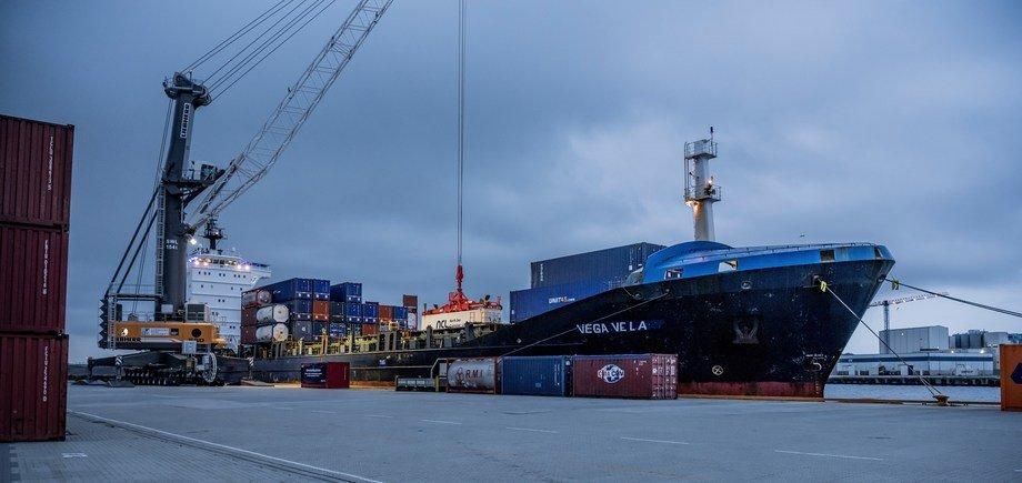 Container blir lasta ombord og skal fraktast frå Vestlandet til London innen 48 timer. Foto - Øyvind Sætre.