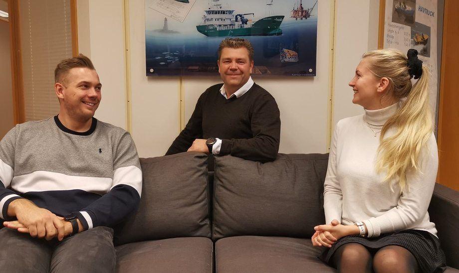 Daglig leder i Maritime Engineering AS, Vidar Grindheim sammen med selskapets to nyansettelser. Foto: Maritime Engineering.