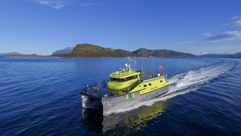 Etter vel fire måneders utrustning ved Maritime Partners verft i Ålesund har Norges største ambulanse-katamaran blitt overlevert til reder Loppa Legeskyssbåter i Øksfjord. Foto: Maritime Partner