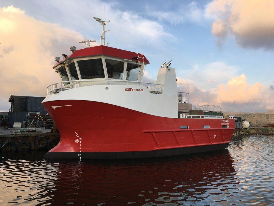 MS «Theis» er overlevert fra Hvide Sande i Danmark, og fartøyet er et samarbeid mellom Korshavn Havbruk AS og Hellesund Fiskeoppdrett AS. Foto: Hvide Sande