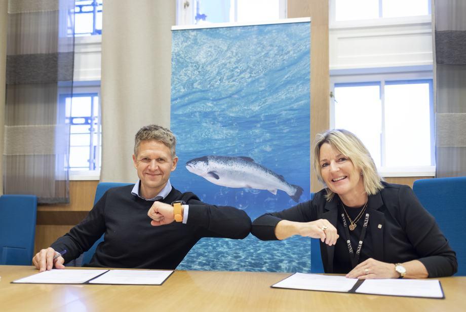 Inngikk avtale: Administrerende direktør Olav Andreas Ervik i SalMar Ocean AS og dekan Ingrid Schjølberg ved NTNUs Fakultet for informasjonsteknologi og elektroteknikk ser store muligheter i samarbeidet om å utvikle havbasert fiskeoppdrett. Foto: Thor Nielsen/NTNU