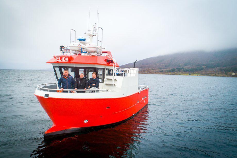 Mannskapet som hentet «El-Ida» i Brønnøysund seilte oppover til Bolga. Fra venstre: Driftsleder Oskar Hammer, Olafur Tavsen og Tom Hammer. Foto: Nova Sea.