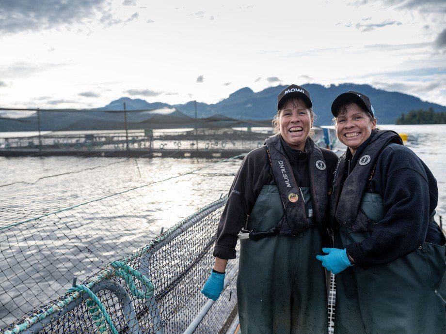 Trabajadoras de un centro de cultivo de salmón de Mowi en Columbia Británica. Foto: Mowi.