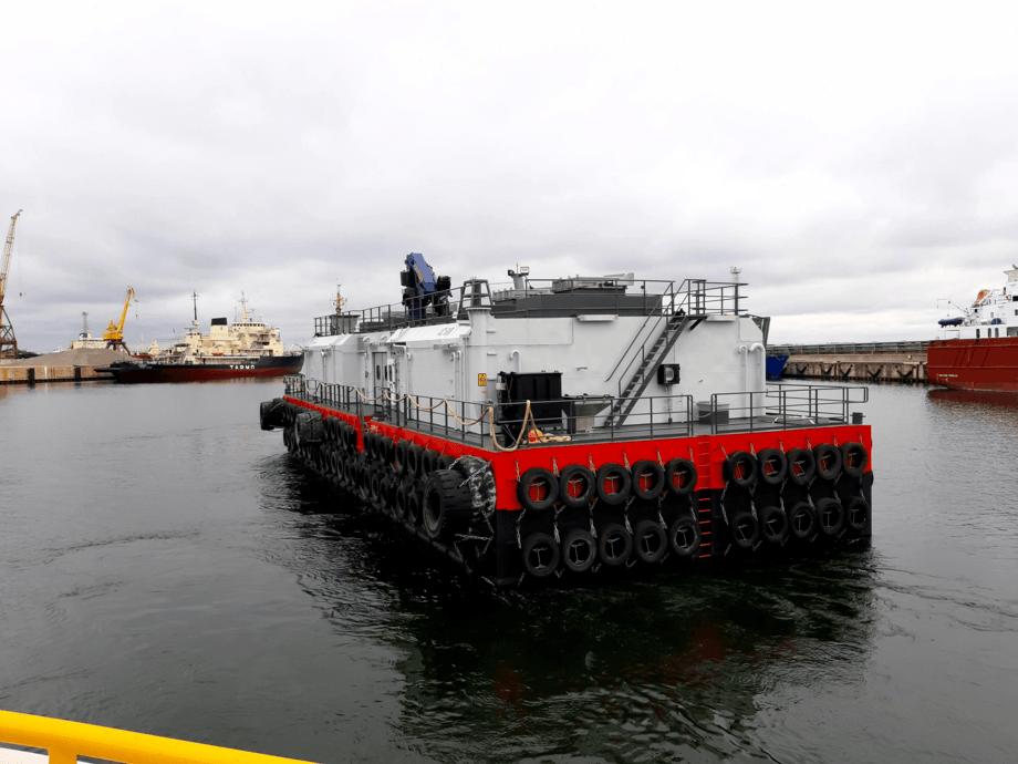 Eidsfjord Sjøfarm har bestilt en lignende modell som denne fôrflåten med flatt tak for å bedre stå imot dårlig vær. I tillegg skal Eidsfjord Sjøfarm ha utfôring i baug – det har ikke denne modellen. Foto: AKVA group.