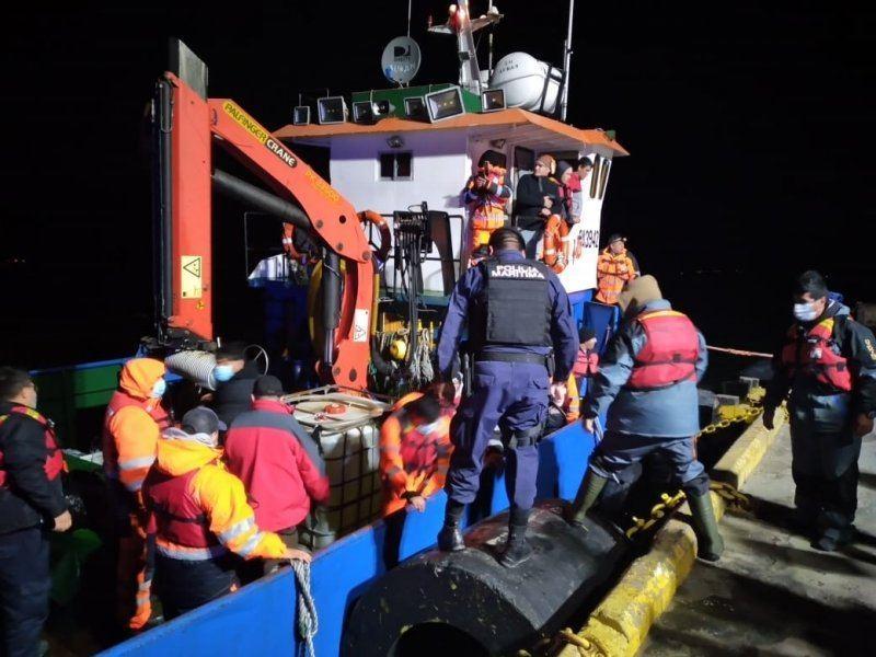 Autoridad Marítima de Puerto Natales coordinó el rescate de 22 personas desde centro de cultivo. Foto: Armada de Chile.