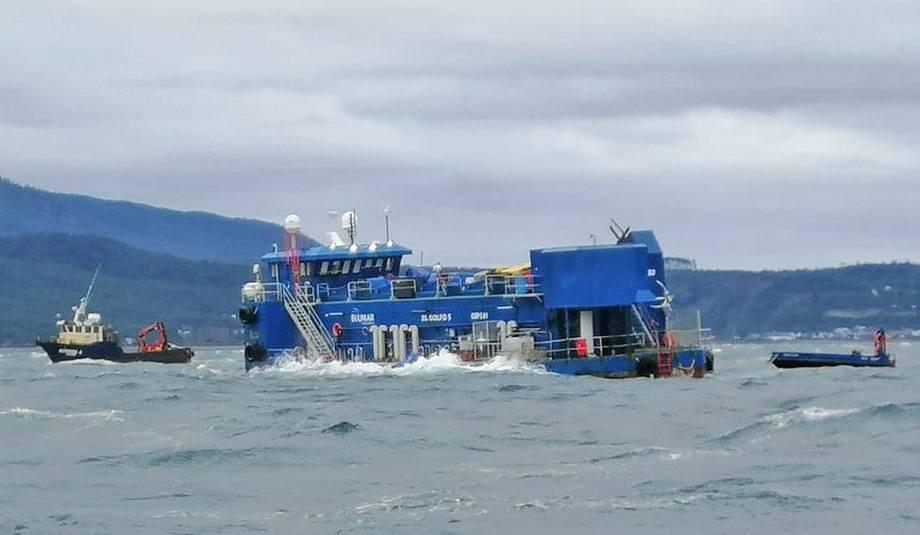 Fôrflåten på Blumars Caicura-lokalitet i Chile, hvor 16 merder med 771 000 laks sank til havbunnen i juni. Foto: SMA.