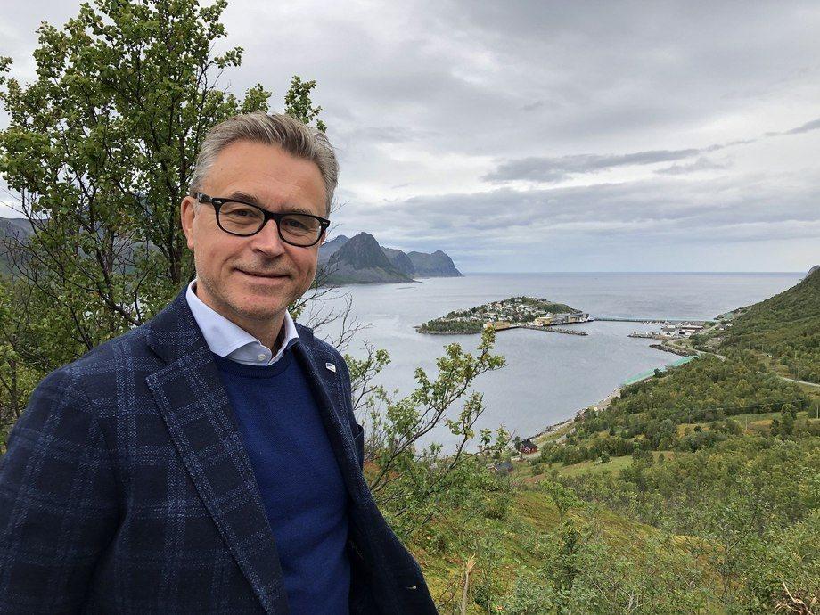 Fiskeri- og sjømatminister Odd Emil Ingebrigtsen opplyser at MOWI får ja til oppdrett i Vega kommune. Foto: Nærings- og fiskeridepartementet.