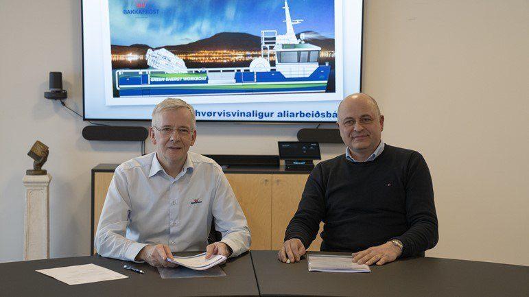 En kontrakten om bestilling av helelektrisk arbeidsbåt ble signert på Bakkafrosts hovedkvarter på Glyvrar nylig. Foto: Bakkafrost