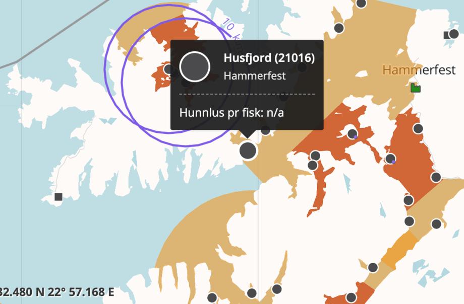 Lokalitet Husfjord ligger i ytre del av Husfjord i Hammerfest kommune. Skjermdump fra Barentswatch.