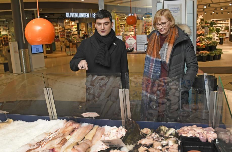 Seniorforsker Themis Altintzoglou og forskningssjef Pirjo Honkanen forsker på hva EU-borgerne vet om produksjon av fisken de finner i ferskvare- og frysedisker i butikkene. Foto: Rune Stoltz Bertinussen