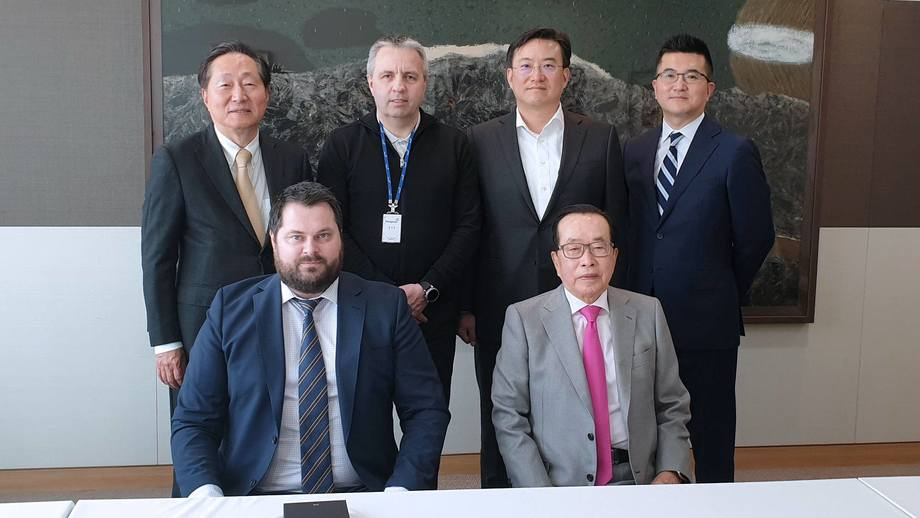 Front row from left: Salmon Evolution CEO Håkon Berg and Dongwon honorary chairman Kim Jae Chul. Back row from left: Dongwon president and CEO Myoung-Woo Lee, Salmon Evolution chief operating officer Ingjarl Skarvøy, Dongwon vice chairman Kim Nam Jung and chief financial officer Yun Kiyun. Photo: Salmon Evolution / Dongwon.