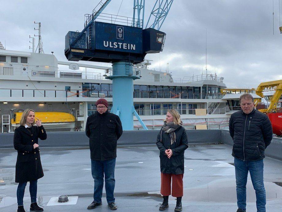 Foto fra venstre: konsernsjef Cathrine K. Marti i Ulstein group, Per Vidar Kjølmoen, Ap, Arnfinn Ingjerd i Maritimt Forum Nordvest og Åse Kristin Ask Bakke, Ap. (Foto: Terje-Andrè Kvinlaug)