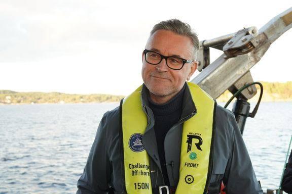 Fiskeri- og sjømatminister Odd Emil Ingebrigtsen deler ut midler til utvikling av sjømatnæringen i Vardø. Foto: NFD