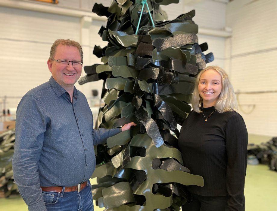 Etter mye omfattende arbeid kan Kjell Åge Saure og Mathilde Hauge Saure i Plany smile bredt, ettersom deres hvileskjul for rensefisk nå har blitt sertifisert. Foto: Plany.