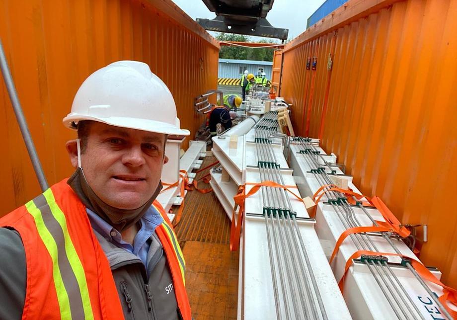 Ricardo Moraleda, director Chile de Smir junto a los contenedores con Hydrolicer. Foto: Smir.