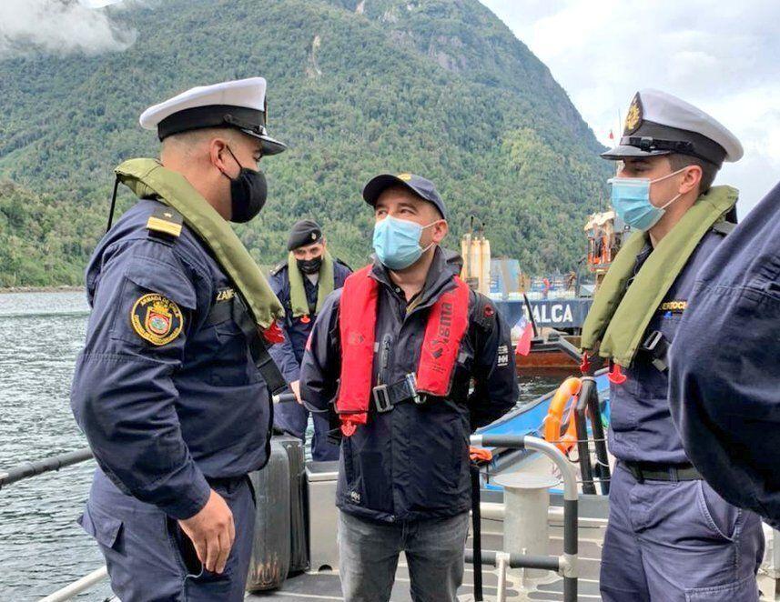 Fiscalización de Sernapesca y Autoridad Marítima a centros de salmón afectados por eventos FAN en Aysén. Foto: Sernapesca.