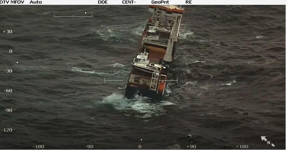På bildet kan man se at den nye båten til AQS er borte fra det havarerte fartøyet «Eemslift Hendrika». Foto: Kystverket