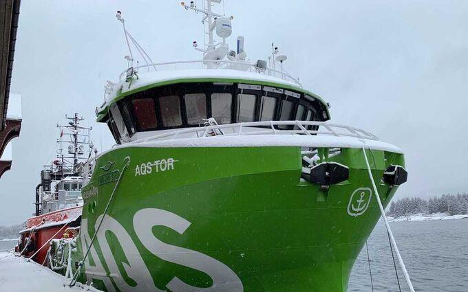 Her ligger servicebåten «Tor» trygt i havn i Florø. Stadt sjøtransport