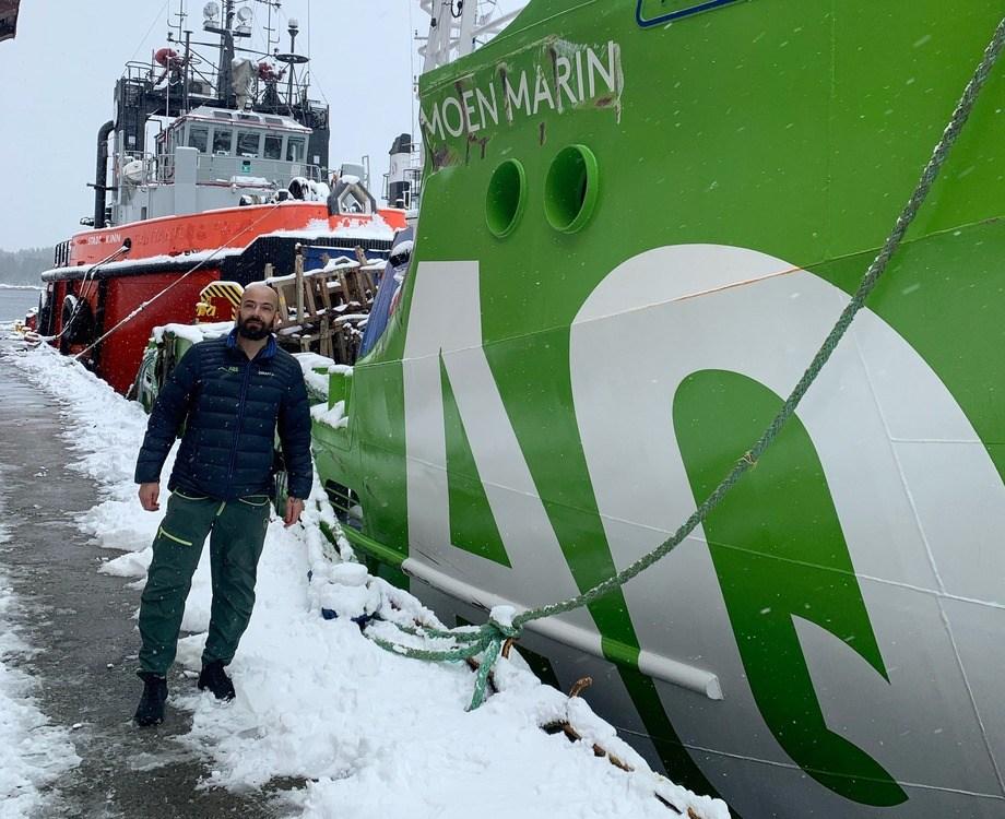 Skipper Svenn Magnus Steffensen ved styrbord side av AQS Tor, som har fått hardest medfart i den ufrivillige sjøsettinga på havet. Foto: AQS